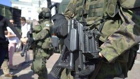 Pokazuje nowożytne bronie Fińskie Defence siły na cześć 100th rocznicę na senata kwadracie W Helsinki zbiory wideo