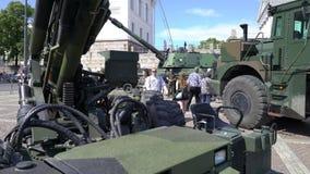 Pokazuje nowożytne bronie Fińskie Defence siły na cześć 100th rocznicę na senata kwadracie W Helsinki zbiory