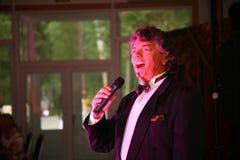 Pokazuje piosenkarza Sergey Zakharov na scenie klub poza miastem Dawać Zdjęcie Royalty Free