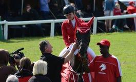 Pokazuje skokowego konia i jeźdza - zwycięzcy Obraz Royalty Free