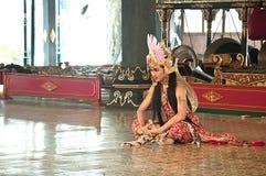 Pokazuje tradycyjnego Indonezyjskiego tancerza Zdjęcie Royalty Free