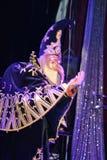 Pokazuje Weneckich karnawałowych magika iluzjonisty Raman polewki barszcze Obrazy Royalty Free