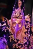 Pokazuje Weneckich karnawałowych magika iluzjonisty Raman polewki barszcze Obrazy Stock