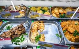 Pokazuje z różnym smakowitym karmowym mięsem w hypermarket Obrazy Stock