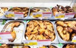 Pokazuje z smakowitym piec na grillu kurczaka mięsem w hypermarket Fotografia Royalty Free
