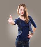 pokazywać aprobaty młode piękna rudzielec zdjęcie royalty free