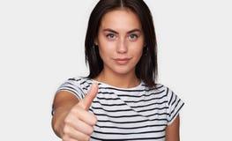 Pokazywać aprobaty uśmiechnięta młoda kobieta obraz royalty free