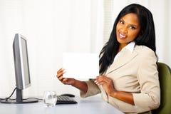 pokazywać biały potomstwa bizneswoman karta Zdjęcie Royalty Free