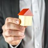 Pokazywać drewnianego dom z czerwień dachem Obraz Stock