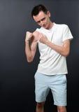 Pokazywać jego mięśnie chuderlawy mężczyzna Obraz Stock
