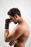 Pokazywać jego mięśnie przystojny mężczyzna Zdjęcia Royalty Free