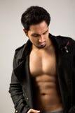 Pokazywać jego mięśnie przystojny mężczyzna Fotografia Stock