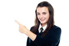 Pokazywać kierunek aktywna młoda dziewczyna Zdjęcia Royalty Free
