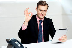 Pokazywać korporacyjny znaka uśmiechnięta korporacyjna samiec Fotografia Royalty Free