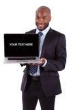 Pokazywać laptopu ekran afrykański biznesowy mężczyzna Obraz Stock