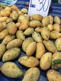 pokazywać pokrojonej kobiety owoc rżnięty owocowy mango Obraz Stock