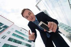 Pokazywać telefon komórkowego obraz stock