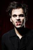 pokazywać zębu wampira jego męski portret Obrazy Stock