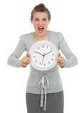 pokazywać zaakcentowanej kobiety biznesu zegar Zdjęcia Royalty Free