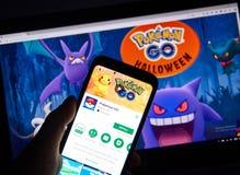 Pokemon回家在万圣夜页的机器人app 库存照片