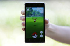 Pokemon在手上去比赛 Eevee 库存图片