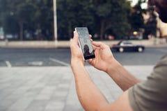 Pokemon打智能手机比赛的Go 令人上瘾 免版税图库摄影