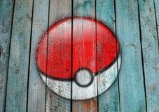 Pokemon去在木背景的商标 库存图片