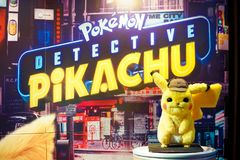 Pokemon-Detektiv-Pikachu-Filmstehplatzinhaber vor dem Theater, zum des Films zu fördern stockfotos
