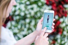 Pokemon går app-profilsidan med det modiga teckenet på den Apple iPhonen royaltyfri bild