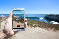 Pokemon GÅR App som visar det Pokemon mötet Royaltyfri Bild