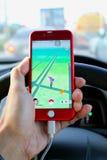 Pokemon GÅR: Chaufförlekpokemon går på bilen under att köra Royaltyfri Foto