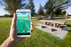 Pokemon GÅR den modiga översikten som visar Pokestops och en Pokemon idrottshall Arkivbild
