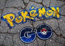 Pokemon GÅR logoen i grafittistil på betong Royaltyfri Bild
