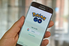 Pokemon går på den Samsung s7 skärmen Arkivfoton