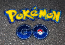 Pokemon GAAT embleembal op asfalt wordt getrokken dat royalty-vrije stock afbeeldingen