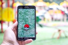 Pokemon gaat het gameplay die scherm op de telefoon wordt geschoten Stock Fotografie
