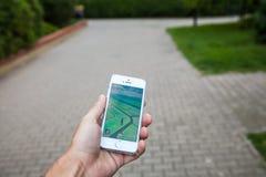 Pokemon gaat spel op het scherm van iPhone Stock Afbeelding