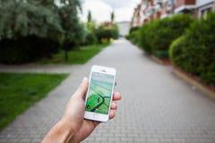 Pokemon gaat spel op het scherm van iPhone Stock Foto's