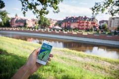 Pokemon gaat spel op het scherm van iPhone Stock Afbeeldingen