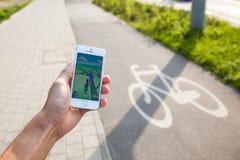 Pokemon gaat spel op het scherm van iPhone Stock Foto