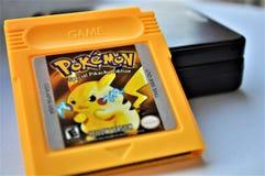 Pokemon GameBoy amarillo y juego imagen de archivo libre de regalías