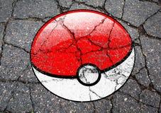 Pokemon GEHEN der Logoball, der auf Asphalt gezeichnet wird Lizenzfreie Stockfotos