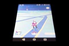 Pokemon gehen Spiel auf Schwarzem Lizenzfreie Stockfotografie