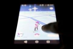 Pokemon gehen Spielmenschenhand Stockbild