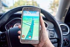Pokemon GO增添了现实智能手机比赛危险趋向 免版税库存图片