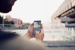 Pokemon Go que juega al juego del smartphone adicto Imagen de archivo libre de regalías