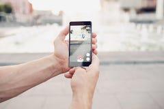 Pokemon Go que juega al juego del smartphone adicto Fotografía de archivo