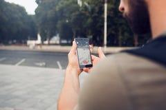 Pokemon Go Smartphonespiel spielend süchtig stockfoto