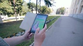 Pokemon Iść app bawić się mężczyzna na jego pastylce zbiory wideo