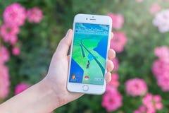 Pokemon Iść app z pokestop na mapie na Jabłczanym iPhone 6S zdjęcia royalty free